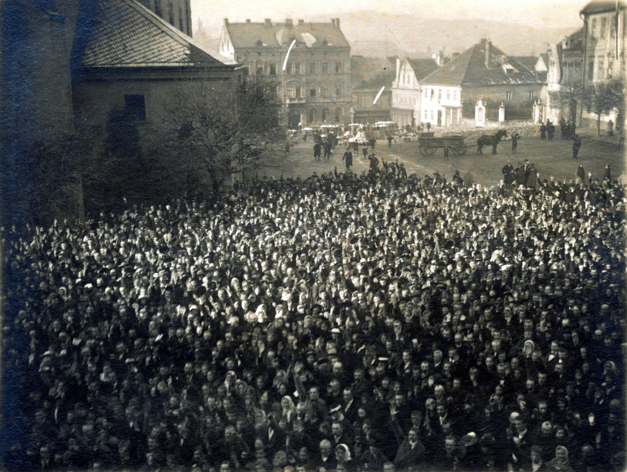 Shromáždění obyvatelé Příbrami před budovou horního ředitelství v Příbrami