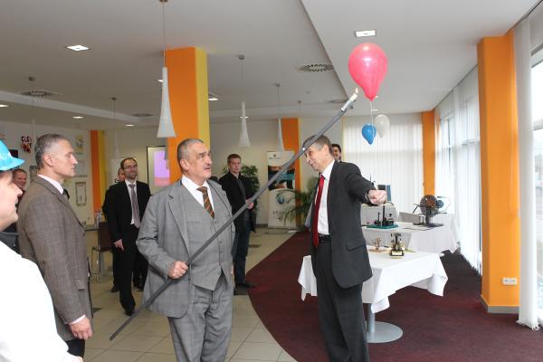 Ministr Schwarzenberg si s rektorem Vondrákem vyzkoušel pokusy