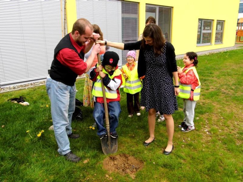 Absolventi oboru Nanotechnologií vysadili k oslavám Dne Země památeční strom