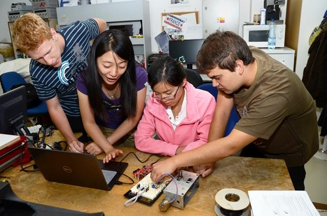 Soustavu řídicího systému rodinného domu vylepšovali během prázdnin zahraniční studenti VŠB-TUO