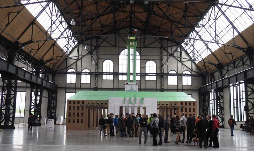 Čtrnáctimetrový model radnice z papírových krabic bude  od středy k vidění v ostravském Dvojhalí