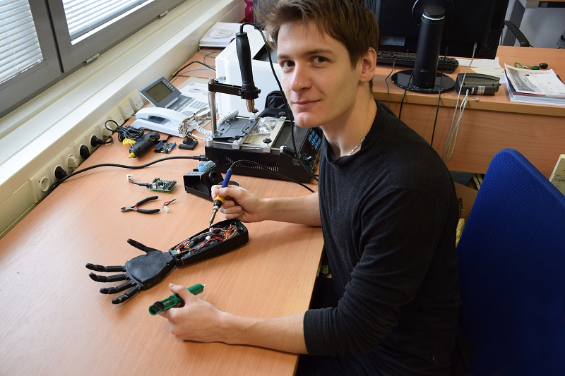 Student Stefan Grushko sestavil bionickou ruku