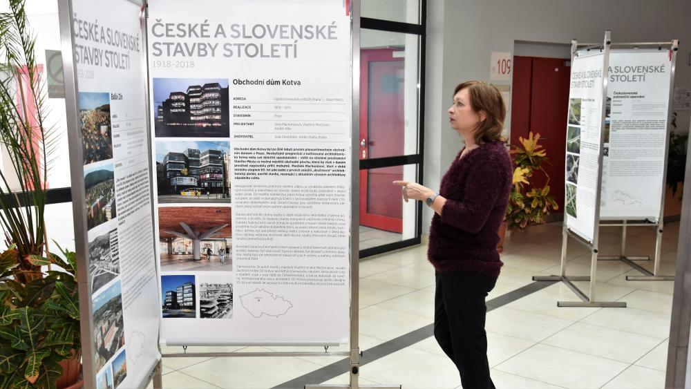 """Výstava """"České a slovenské stavby století 1918 - 2018"""" dorazila na FAST"""