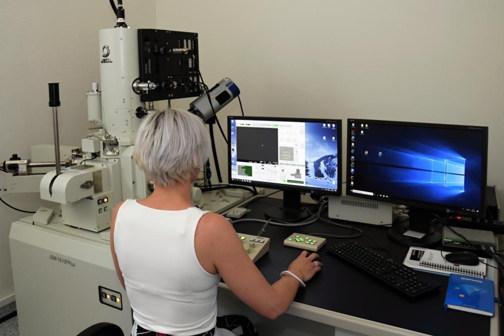Elektronový mikroskop Centra nanotechnologií byl na FAST slavnostně uveden do provozu
