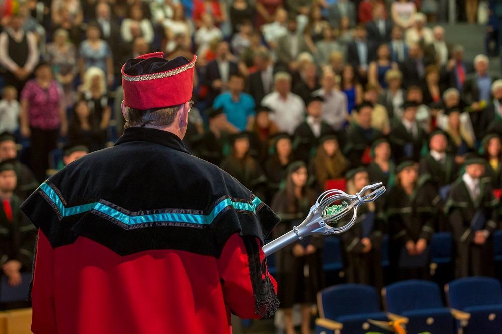 Vysokoškoláky přijímá do akademického světa, a nakonec je z něj i vyprovází, pedel