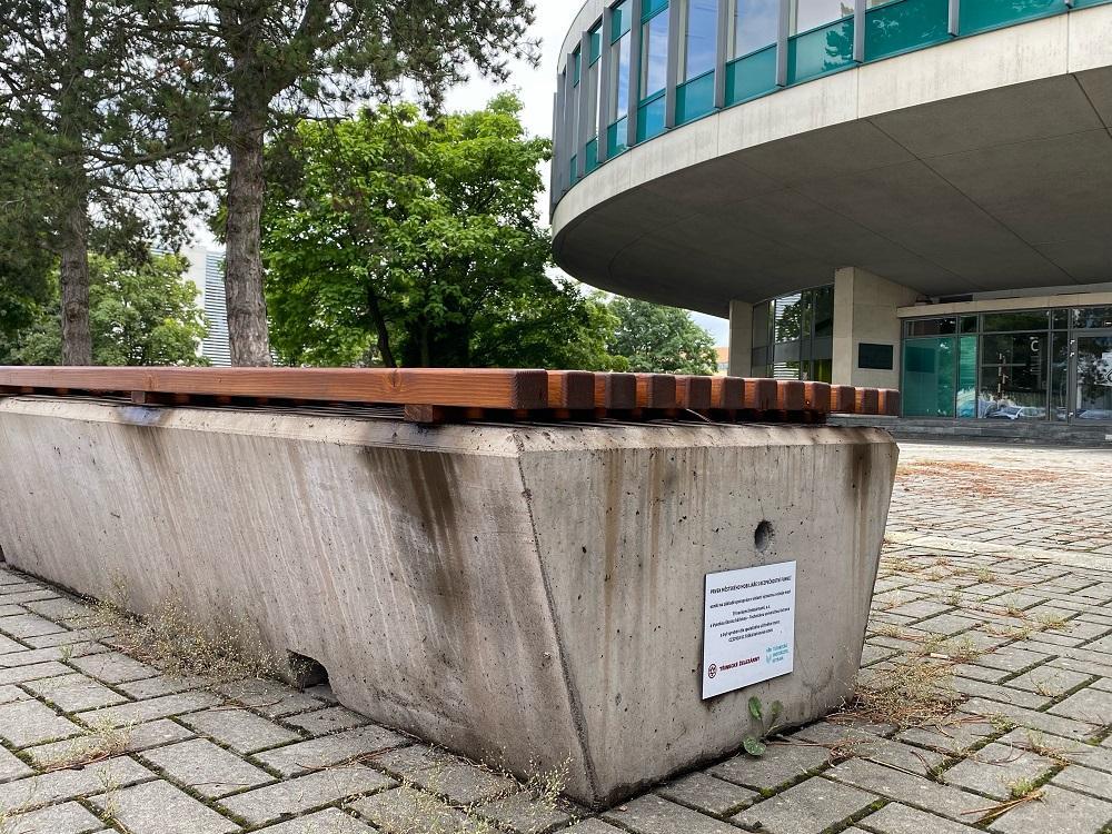 Betonové lavičky vytvořené na Hornicko-geologické fakultě VŠB-TUO zdobí prostranství v Třinci a v Ostravě