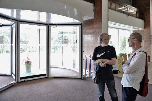 PLATO a renomovaný Jiří Kovanda promění otočné dveře na VŠB-TUO v galerii