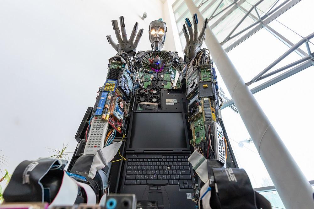 VŠB-TUO má Reného, sochu z elektroodpadu