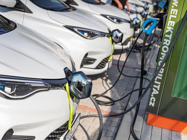Dvanáctka Renaultů obklopila na dvě hodiny trio rychlodobíječek u dálnice D0. Bateriový systém s fotovoltaikou v zádech nápor ustál!